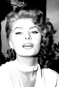 Sophia Loren on the set of La Fortuna do essere Donna, 1955 Hollywood Icons, Old Hollywood Glamour, Golden Age Of Hollywood, Vintage Hollywood, Classic Hollywood, Hollywood Lashes, Divas, Sophia Loren Images, Sophia Loren Quotes