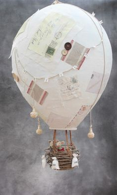 Heißluftballon aus Pappmache mit alten Briefen und Knöpfen dekoriert