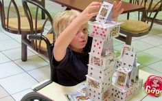 Mejores Bromas - Niño Genio construye castillo de cartas