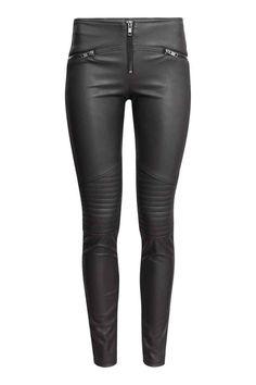 Леггинсы байкер: малоэтажное леггинсы-стрейч из искусственной кожи со стегаными деталями на коленях. Поддельные карманы с декоративными молниями, и видимая застежка-молния на фронте.