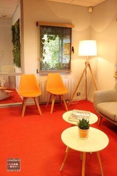 Décoration bureau, décoration cabinet comptable, décoration scandinave, décoration colorée, sol rouge, fauteuil orange, canapé sentou, La salle d'attente