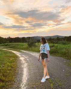 """SARAH   Boston Creator 👻 on Instagram: """"I LOVE A GOOD SUNSET MOMENT after a stormy afternoon 🌞⛅️🌈✨  tonight's last minute fit!!!! butterfly shirt; @americaneagle shorts;…"""""""
