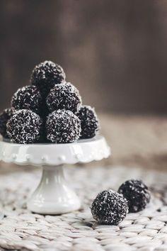 Spousta z vás se po Novém roce vydala spalovat přebytečná kila do tělocvičen a posiloven. Ale co když si ani v hubnoucím režimu nedokážete odpustit sladké? Řešení přináší naše trenérka Kamila! Healthy Desserts, Healthy Cooking, Healthy Recipes, Healthy Food, Czech Recipes, Protein Ball, Christmas Cookies, Blackberry, Sweet Recipes