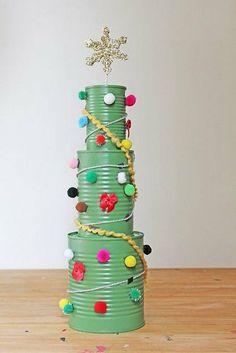 Weihnachtsbaum aus grünen Konservendosen basteln