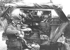 SdKfz 251 ausf. A. Clear view of door mechanism. Also note the cute rattan basket.