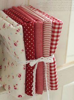 Sarebbe bene per patch-lavoro, artigianato, progetti di arredamento e cucito.    2 tagli: 55% lino + 45% cotone, peso medio e spessore  1) floreale rosso su lino bianco mescolato  2) pois su lino rosso mescolato  WIDE Fat Quarter (70 x 45 cm) 3 taglia: 100% cotone, 30s tessere, leggero e sottile spessore 3) stile Vintage rosso solido  4) rosso 4mm cotone Stripe  Rosso 5) 4mm cotone Check  Fat Quarter (55 x 45cm)    Si otterrà una serie di 5 quarti grassi come sopra immagini.    Un insieme…