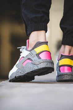 Nike Air Huarache Run SE's crazy 'Pure Platinum x Pink Blast' colorway