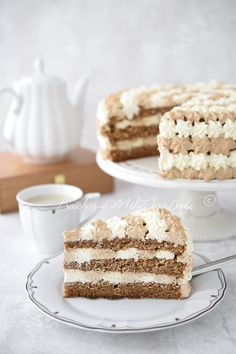 Kaffee-Mascarpone-Torte - Rezept Recipe for coffee mascarpone cake. A light coffee cake for coffee fans. The cake consists of loose coffee biscuit bases and a mascarpone cream flavored with coff Easy Dessert Bars, Dessert Oreo, Quick Dessert Recipes, Easy Desserts, Pie Recipes, Mascarpone Cake, Creme Mascarpone, Biscuits Au Café, Tastemade Dessert