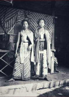 Portret van twee vrouwen in gebatikte kleding, Jogjakarta. ca 1930