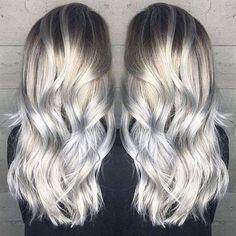 Haare grau tönen   eine graue Frisur aus zwei Ecken, eine schwarze Bluse
