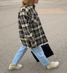 The Classy Issue Streetwear Mode, Streetwear Fashion, Plaid Jacket, Shirt Jacket, Outfits Con Camisa, Winter Stil, Zara, Winter Mode, Street Style