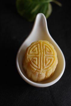 Durian Mooncake - celebrate mid-autumn festival with this special snow skin mooncake filled with durian. If you love durian, you would love this homemade mooncake! Savory Donuts Recipe, Donut Recipes, Sweets Recipes, Baking Recipes, Durian Recipe, Mooncake Recipe, Cake Festival, Food Festival, Easy Delicious Recipes