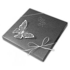 Eleganckie zaproszenie w formie pudełeczka z najnowszej kolekcji. Wykonane z grafitowego metalizowanego i białego matowego papieru. Ozdobione srebrnym motylem. Całość przewiązana srebrnym sznurkiem. Nadruk tekstu możliwy jest na białej wkładce składanej na 3.