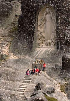 Estátua da Nossa Senhora de Fátima e os Três Pastores, na Serra da Estrela! Portugal.