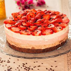 Tort cu mousse de capsuni si ciocolata Sweet Recipes, Bakery, Cheesecake, Food And Drink, Sweets, Homemade, History, Artist, Desserts