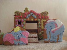 Nelivuotiaan poikani lempilelu Dumbo piparkakkutaikinasta. Mukana Dumbon äiti, rouva Jumbo ja takana norsujen ikioma sirkusjunanvaunu. - by Tuula -- Piparkakku, Joulu, Gingerbread, Christmas