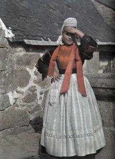 Jeune fille, Pays Bigouden. Brittany. Autochrome, Breton girl, Pont L'Abbe, Brittan (ph. Gervais Courtellemont)