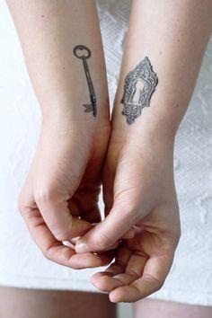 Tatuaje temporal de llave y cerradura / llave por Tattoorary
