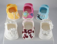 fondant baby shoes  https://www.facebook.com/photo.php?fbid=402904803091135=a.402904553091160.81946.160127694035515=1  Pattern