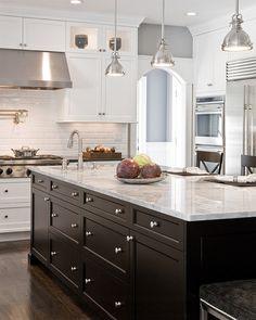 Traditionele witte keuken met zwart keukeneiland
