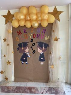 Graduation Theme, Kindergarten Graduation, Graduation Decorations, Kindergarten Art, Balloon Decorations, Birthday Party Decorations, Craft Activities For Kids, Crafts For Kids, Cardboard Crafts Kids