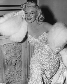 American actor Marilyn Monroe - wearing white fur wrap and strapless evening gown, leans on a wooden cabinet during a party for the film, 'How To Marry A Millionaire' at director Jean Negulescu's house, Hollywood, California. Old Hollywood, Hollywood Glamour, Hollywood Stars, Classic Hollywood, Hollywood Actresses, Estilo Marilyn Monroe, Marilyn Monroe Fotos, Marilyn Monroe Dresses, Marilyn Monroe Wedding