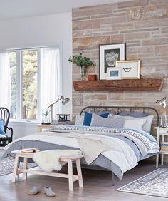 Une chambre lumineuse avec un cadre de lit queen KOPARDAL