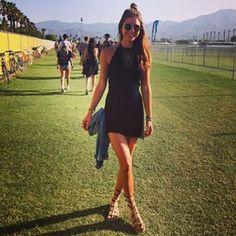 Un lindo vestido negro con sandalias relajadas:   32 Lecciones de moda que nos dejó Coachella 2015