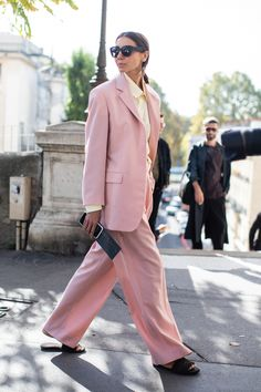 Street style at Paris Fashion Week Spring-Summer blush pink two piece power suit, structured blazer oversize fit in powder pink, wide leg pants in powder pink, two piece pant suit in pink color, Street Style Fashion Week, Fashion Week Paris, Street Style Trends, Cool Street Fashion, Vogue Ukraine, Fall Chic, Street Looks, Trendy Swimwear, Street Style
