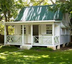 Маленький деревянный дачный домик с открытой верандой