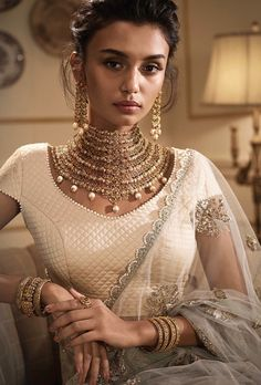 Wedding dress, hairstyle and jewellery for slim women