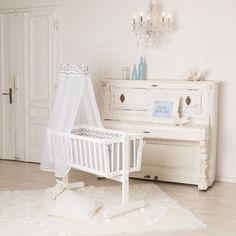 Puckdaddy Baby-Wiege, weiß, mit Wiegefunktion und Rollen in den Maßen 90x40cm.   Details:    - Größe: 90 x 40 cm  - Farbe: weiß    - Wiegefunktion (auch feststellbar), dann als Babybett...