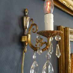 Bewerkt bronzen wandlampje met kristallen pegels