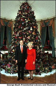 President and Mrs. George HW Bush in front of the White House Christmas Tree, December Christmas History, Christmas Past, Christmas Photos, American Presidents, American History, White House Christmas Tree, Barbara Bush, Laura Bush, Houses