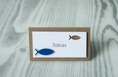 """Tischkarte mit Fischen verziert aus unserem Set """"Fisch"""" . Passend zu diesem Tischkärtchen bieten wir in unserem Shop auch Danksagungskarten, Einladungen und Menükarten im gleichen Design an."""