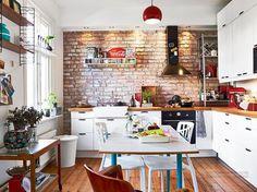 Kis lakás, lakberendezés - felújított öreg fa parketta, téglafal, színes kiegészítők - kétszobás, erkélyes lakás