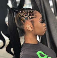 All styles of box braids to sublimate her hair afro On long box braids, everything is allowed! For fans of all kinds of buns, Afro braids in XXL bun bun work as well as the low glamorous bun Zoe Kravitz. Box Braids Hairstyles, Rubber Band Hairstyles, Black Ponytail Hairstyles, Baddie Hairstyles, Girl Hairstyles, Latina Hairstyles, Simple Hairstyles, Everyday Hairstyles, Formal Hairstyles