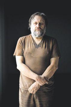 Slavoj Žižek es un filósofo, sociólogo, psicoanalista y crítico cultural de Eslovenia. Su obra integra el pensamiento de Jacques Lacan con el marxismo, y en ella destaca una tendencia a ejemplificar la teoría con la cultura popular.