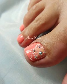 Opting for bright colours or intricate nail art isn't a must anymore. This year, nude nail designs are becoming a trend. Here are some nude nail designs. Neon Toe Nails, Pretty Toe Nails, Cute Toe Nails, Feet Nails, Toe Nail Art, Diy Nails, Toenails, Pedicure Designs, Diy Nail Designs