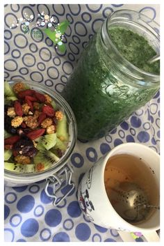 Smoothie vert (kale, kiwi, banane et eau) Pudding de graine de chia, kiwi et fruits secs