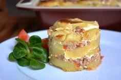 Zapečené brambory s mletým masem, rajčaty a zakysanou smetanou