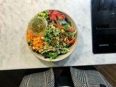 Glasnudlar, jordnötter, broccoli, paprika, groddar och annat gott