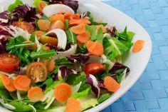 Σαλάτα με ανοιξιάτικα λαχανικά και καρότα σαν τουρσιά