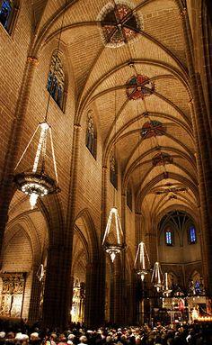 Interior de la catedral.....Las naves de la catedral están separados por arcos apuntados sobre pilares con columnas adosadas.