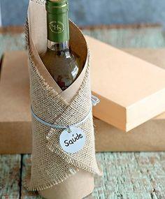 Vinho é sempre um ótimo presente, não importa a ocasião. Em vez de apresentá-lo sem nenhuma embalagem, envolva a garrafa com um pedaço de papel kraft, juta e uma fita