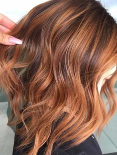 Long Wavy Ash-Brown Balayage - 20 Light Brown Hair Color Ideas for Your New Look - The Trending Hairstyle Strawberry Blonde Highlights, Brown Hair With Caramel Highlights, Brown Hair Balayage, Strawberry Brown Hair, Auburn Hair Blonde Highlights, Red Blonde Brown Hair, Balayage Lob, Balayage Highlights, Brown Hair Foils