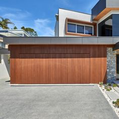 Selecting the appropriate timber for garage doors is critical, as it must be stable and lightweight. This beachfront home in northern New South Wales uses Abodo's Vulcan Timber Cladding, finished in Teak Protector Oil. Timber Cladding, Exterior Cladding, House Outside Design, House Design, Timber Garage Door, Garage Door Makeover, Wooden Doors, Teak, Architecture