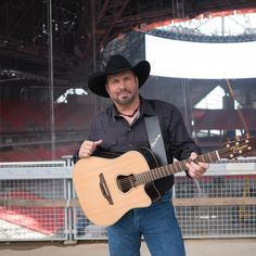 Remember When Garth Brooks was Rejected by a Record Label? Country Music Artists, Country Music Stars, Country Singers, Shameless Garth Brooks, Ashley Monroe, Friends In Low Places, Toronto Girls, Entertainer Of The Year, Classic Songs