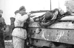 """Le SS-Hauptsturmführer Hubert Meyer probablement photographié au cours de l'hiver 1943 alors qu'il est à la tête du III./SS-Pz.Gren.Rgt 1 """"Leibstandarte-SS Adolf Hitler""""."""