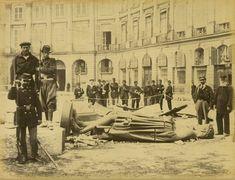 Le 16 mai 1871, la colonne Vendôme est abattue lors de la Commune de Paris. La statue de Napoléon Ier en empereur romain se retrouve au sol... Une photo de Bruno Braquehais (Paris 1er)